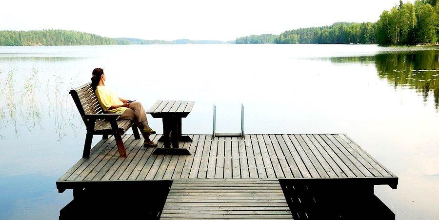 Quando visitare la Finlandia, donna in relax sul lago