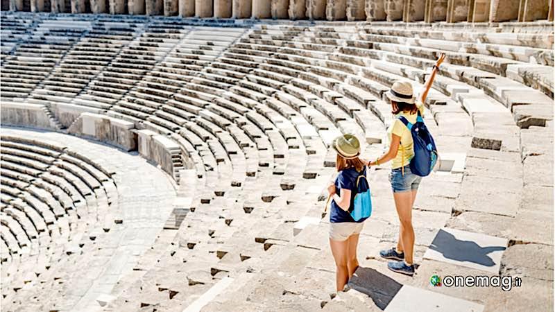 Visitare Atene spendendo poco, turiste in visita ad Atene
