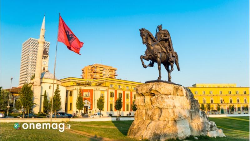 Cosa visitare a Tirana, la Piazza Skanderbeg
