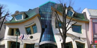 Crooked House, Polonia