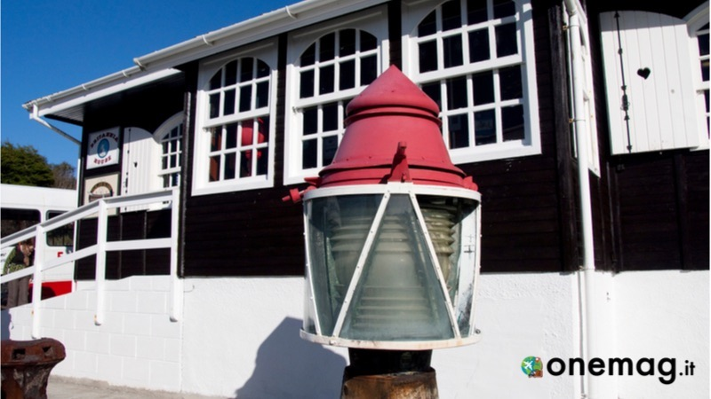 Stanley, il territorio britannico delle Isole Falklands e trasposizione quasi identica di una tipica cittadina inglese con tanto di pub e cabine telefoniche. Tra le cose da vedere a Stanley segnaliamo la Cattedrale anglicana di Cristo, nota per essere quella più a sud nel mondo, e il Bluff Cove Lagoon, una colonia con oltre 3 mila pinguini Gentoo. Tra le cose da visitare a Stanley ricordiamo la Chiesa di Santa Maria e il Maritime History Trail. Ecco cosa vedere a Stanley
