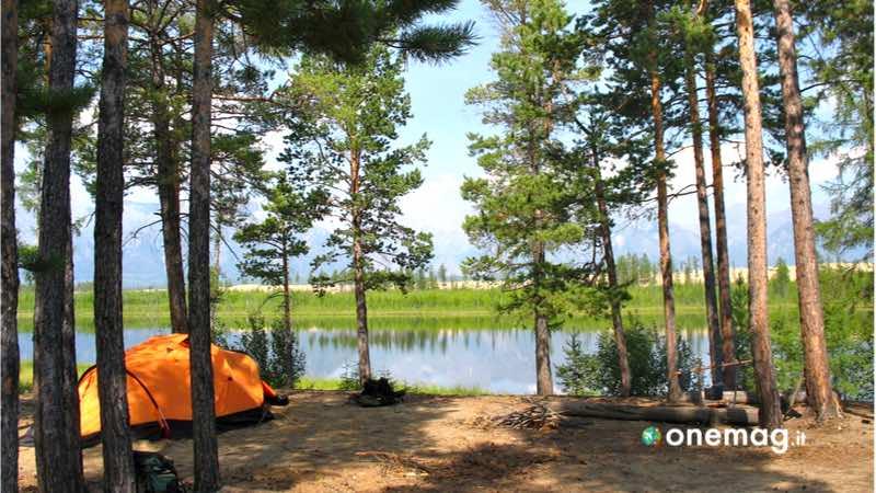Tenda in campeggio vicino al lago