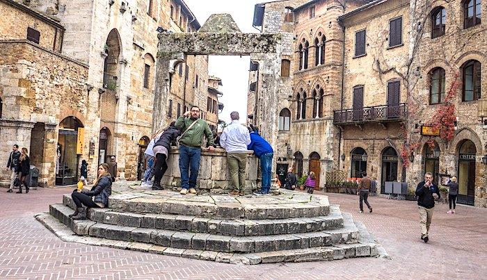 Cosa vedere a San Gimignano, Piazza della Cisterna