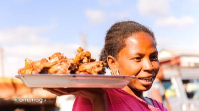 Guida del Madagascar, donna con piatto di pietanze locali