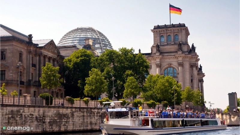 Il Reichstag di Berlino, veduta con battello lungo la Sprea