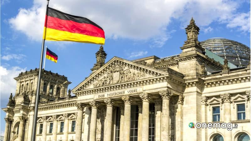 Il Reichstag di Berlino, facciata con bandiera svettante