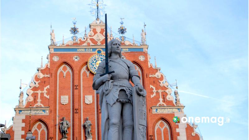 Riga, la Casa delle Teste Nere e la statua di Roland