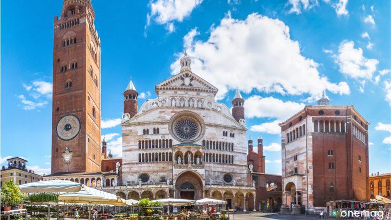 Torrazzo di Cremona, il simbolo della città di Stradivari e del Torrone, situato di fianco al celebre Duomo. Ecco il Torrazzo di Cremona.