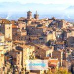 Caprarola, il borgo che sporge da uno sperone di tufo