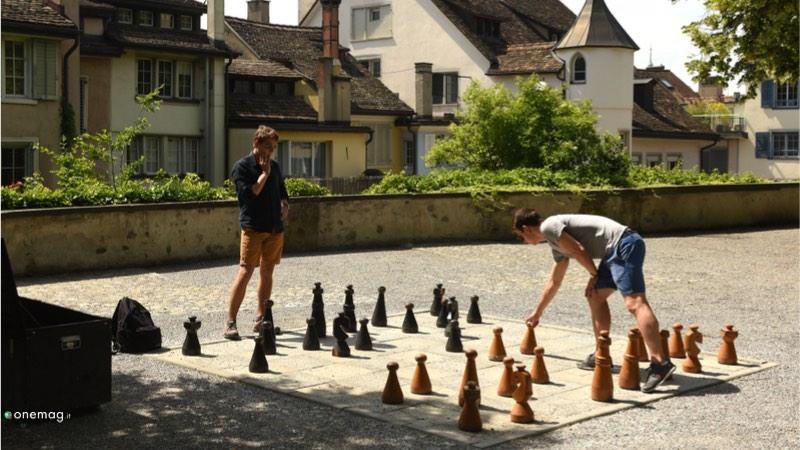 Quartiere Lindenhof di Zurigo, partita a scacchi all'aria aperta