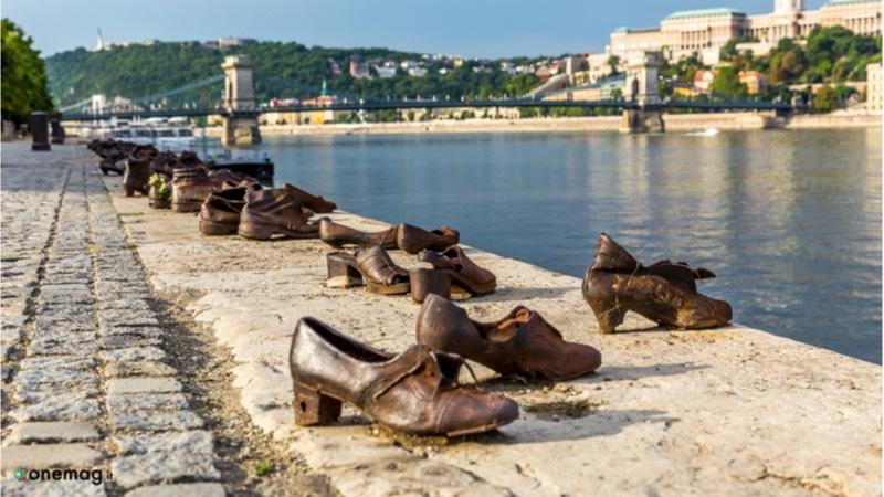Scarpe sulla riva del Danubio a Budapest