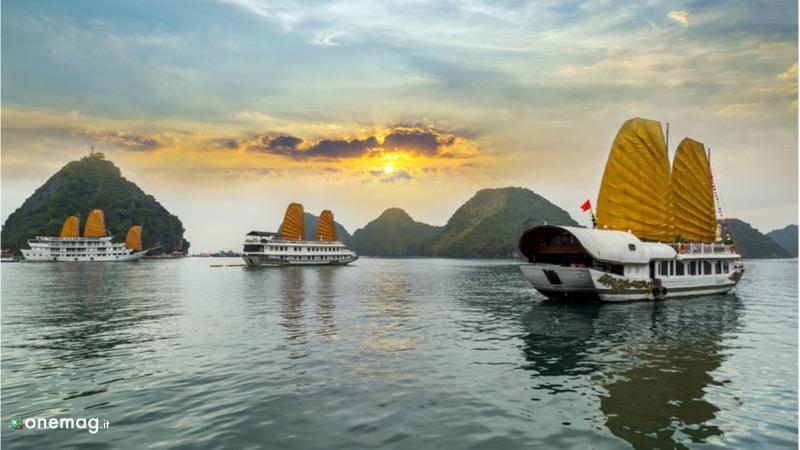 Junk, tipiche imbarcazioni in legno con le vele a Halong Bay in Vietnam
