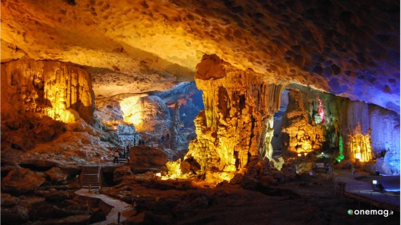 Visitare la Grotta della Sorpresa, Hang Sung Sot, a Halong Bay in Vietnam