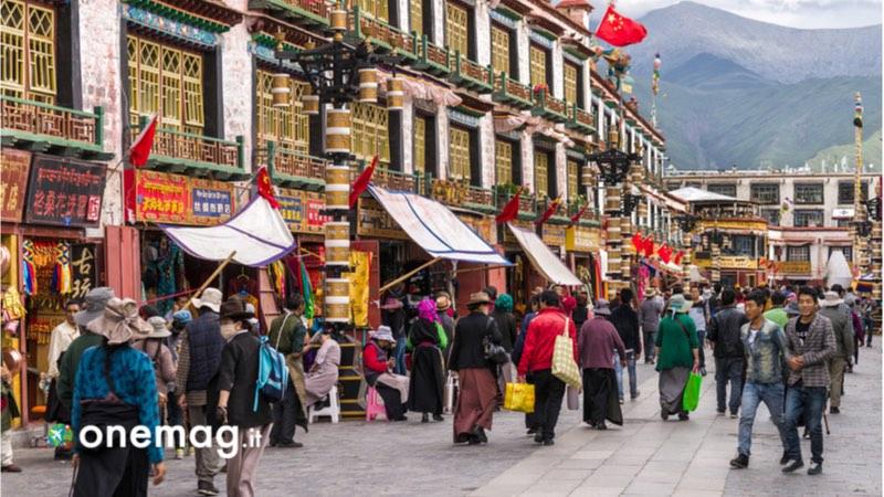 Visitare Lhasa, cosa vedere nella capitale del Tibet, la Barkhor Street