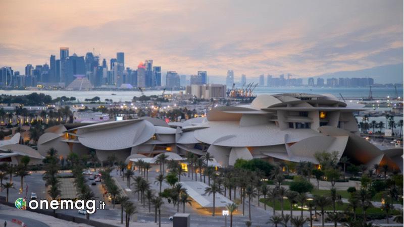 Visitare Doha, Museo Nazionale del Qatar di sera