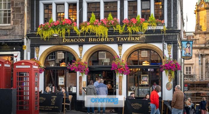 Ingresso a un pub o ristorante tradizionale nel centro di Edimburgo