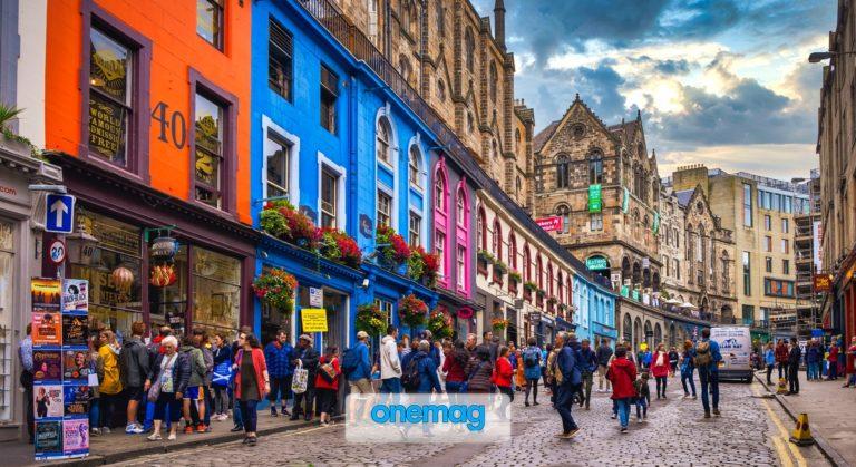 Victoria Street a Edimburgo, con i suoi edifici colorati e i suoi negozi indipendenti è una delle principali attrazioni della capitale scozzese