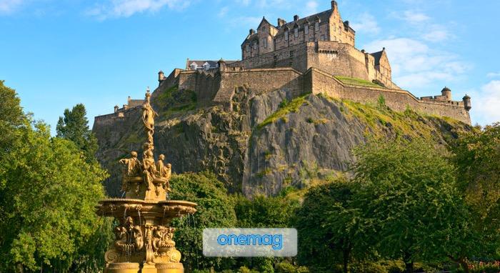 Visuale da Princes Street Gardens sul Castello di Edimburgo, Scozia, con in primo piano la Fontana di Ross