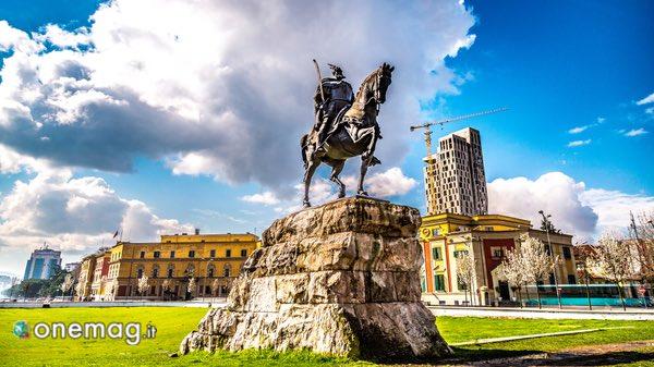 Cosa vedere in Albania, statua equestre di Scanderbeg a Tirana