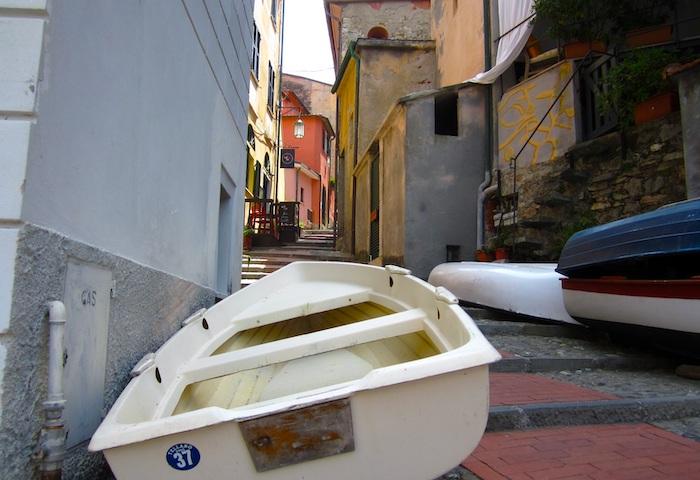 Scorcio in un vicolo di Tellaro, la frazione del comune di Lerici, in provincia di La Spezia