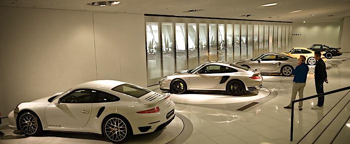 Il Museo della Porsche, veduta esposizione auto 911