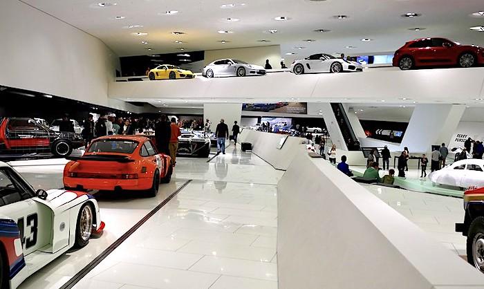 Il museo Porsche di Stoccarda, veduta interna