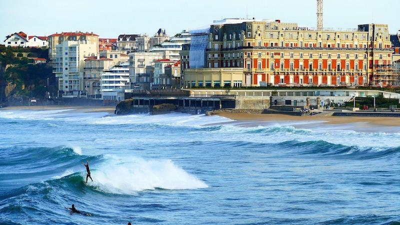 Cosa vedere a Biarritz | Panorama sulla costa con persone che praticano surf
