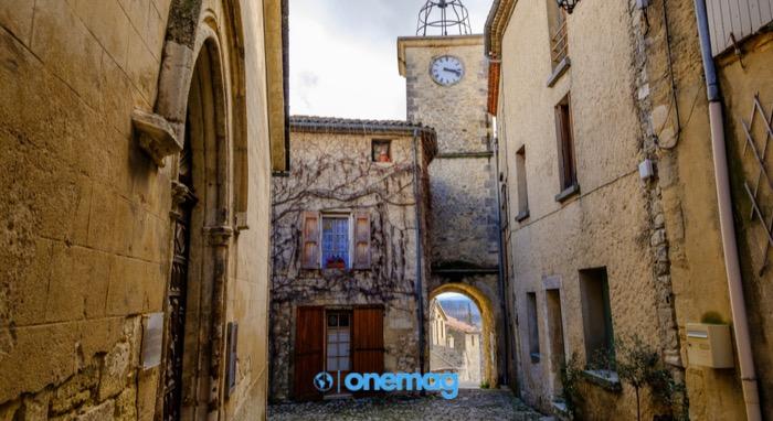 Cosa vedere a Lurs, vista su una viuzza aciottolata nel centro storico di Lurs