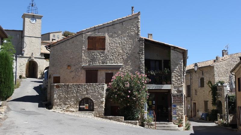 Lurs, cosa vedere nel borgo della Provenza, vista sugli edifici in pietra