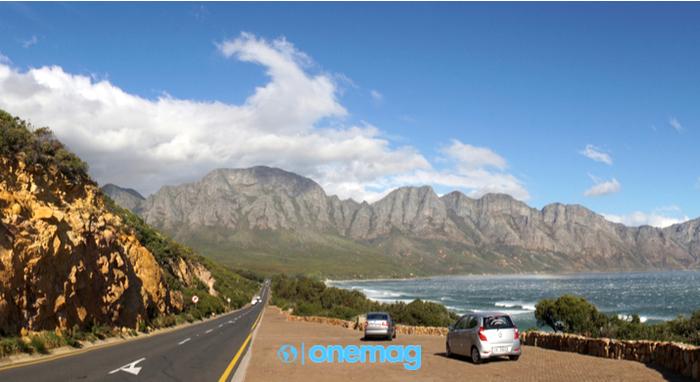 Oceano e paesaggi naturali di montagna lungo l'autostrada Garden Route vicino a Città del Capo, Sud Africa
