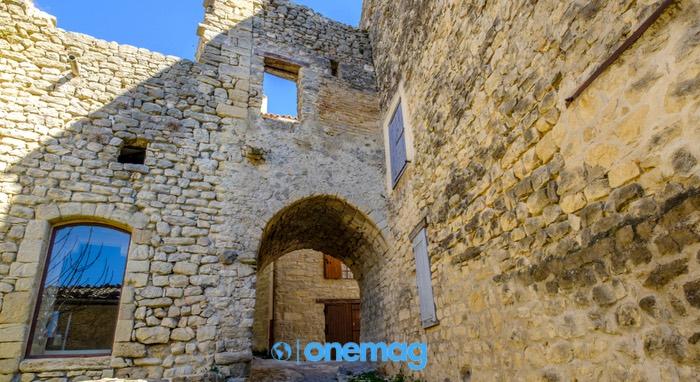 Vecchio edificio in pietra con arco, villaggio di Lurs, Provenza, Francia.