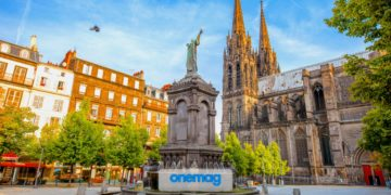 Mattinata in Piazza della Vittoria con visuale sulla cattedrale nella città di Clermont-Ferrand in Francia