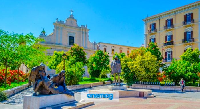 Veduta delle statue in Piazza Umberto Giordano a Foggia