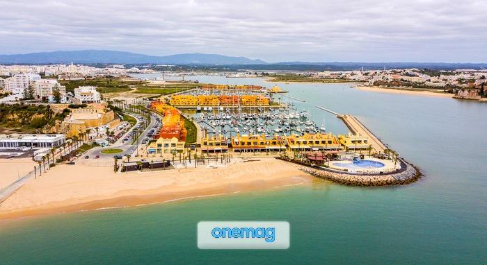 Vista aerea della foce del fiume Arade e marina di Portimão, Algarve, Portugal